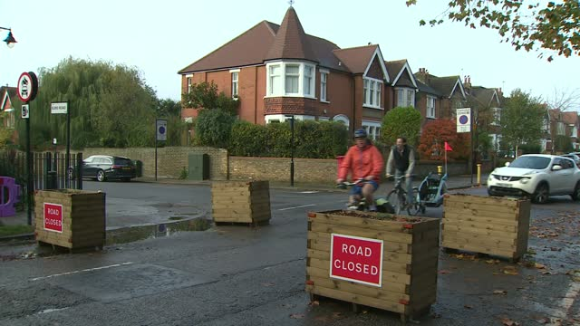 stockvideo's en b-roll-footage met ealing residents campaign against low traffic neighbourhoods; england: london: ealing: ext general view road blocks with 'road closed' signs mary... - bord weg afgesloten