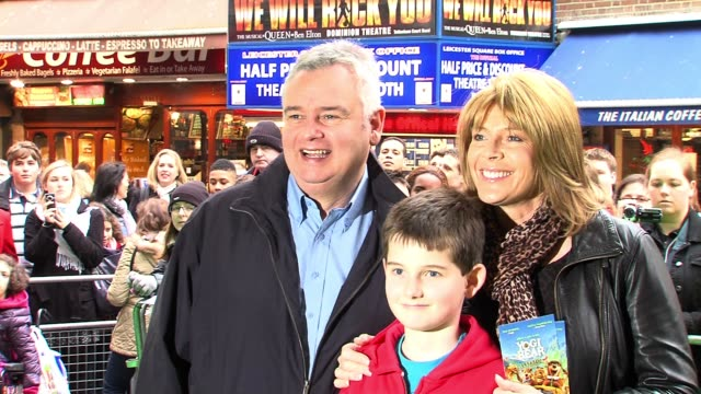 eamon holmes and ruth langsford at the yogi bear 3d gala screening. eamon holmes and ruth langsford at vue leicester square on february 06, 2011 in... - エイモン ホームズ点の映像素材/bロール