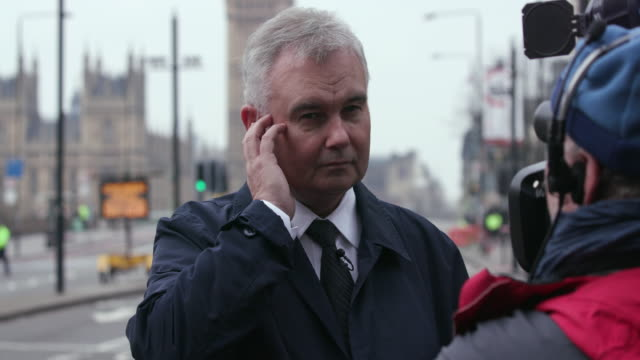 eamonn holmes waits to do a live broadcast westminster bridge the morning after terror attack; westminster, london - エイモン ホームズ点の映像素材/bロール