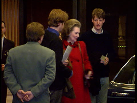 earl spencer dies; itn night england: london: viscount althorp toward with mother raine spencer as they leave hospital l-r and into car cms viscount... - itv late evening bulletin点の映像素材/bロール