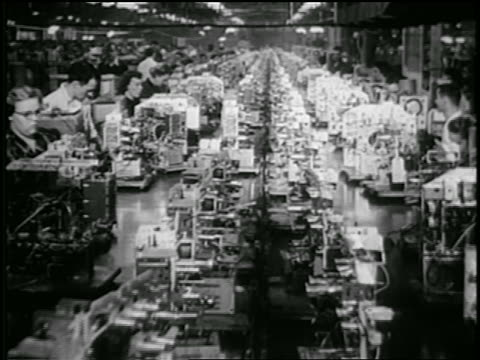 vídeos de stock, filmes e b-roll de b/w early 1950s machinery on conveyor belts moving past men + women working on rca tv assembly line - equipamento elétrico equipamento industrial
