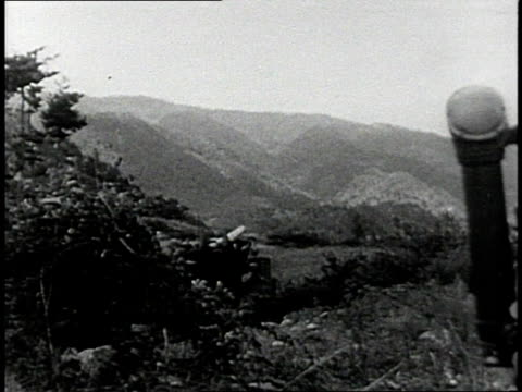 early 1950s montage us army soldiers firing artillery mortars and tanks / south korea - 迫撃砲点の映像素材/bロール