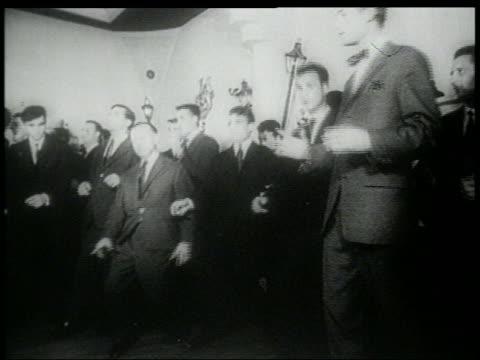 stockvideo's en b-roll-footage met b/w early 1960s men in suits doing the twist - compleet pak