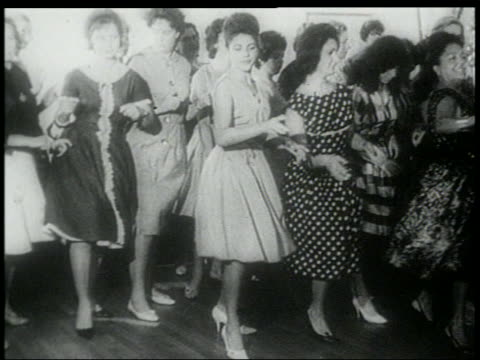 b/w early 1960s women in dresses doing the twist - klassischer rock and roll stock-videos und b-roll-filmmaterial