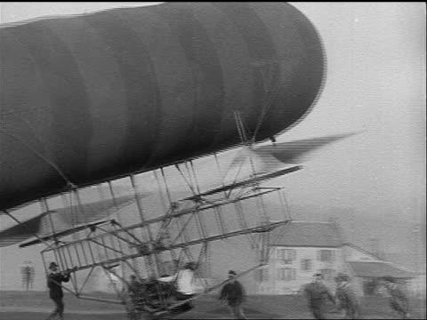 vídeos y material grabado en eventos de stock de b/w 1925 early airship attempting to land / men pull it to the ground - invento