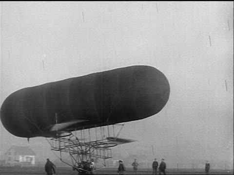vídeos y material grabado en eventos de stock de b/w 1925 early airship swinging in the air / struggling to stay in air - invento
