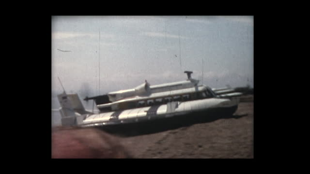 vídeos de stock, filmes e b-roll de 1966 early british hovercraft demonstration 2 - veículo anfíbio