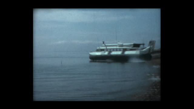 vídeos de stock, filmes e b-roll de 1966 early hovercraft demonstration 1 - veículo anfíbio