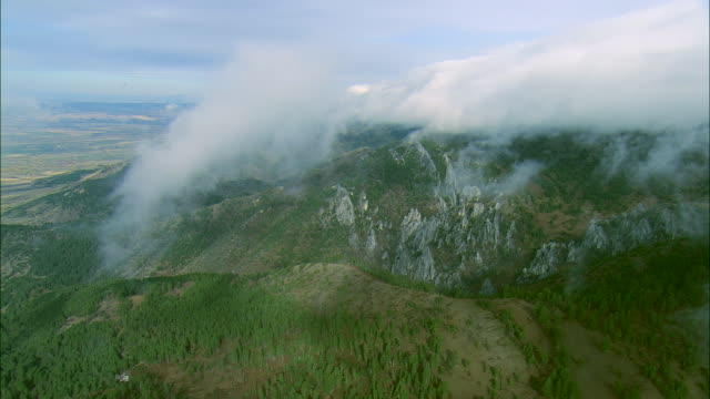 vídeos de stock, filmes e b-roll de early morning aerial descending through layer of clouds over the bridger mountain range near bozeman,mt - bozeman