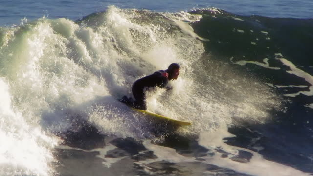 vídeos de stock, filmes e b-roll de manhã cedo, califórnia, bodyboard surfista - esporte de competição
