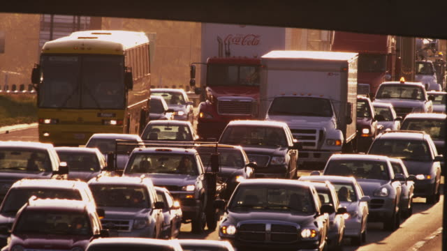 vídeos y material grabado en eventos de stock de early morning commuter traffic clog six lanes of interstate traffic, long lens close up. - carretera principal