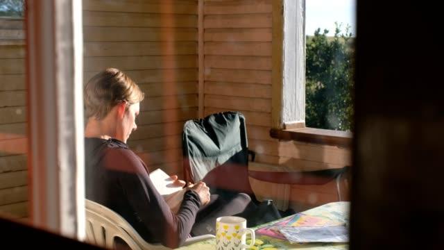 vídeos de stock e filmes b-roll de early morning solitude on the portch of the mountain hut - cabana de madeira