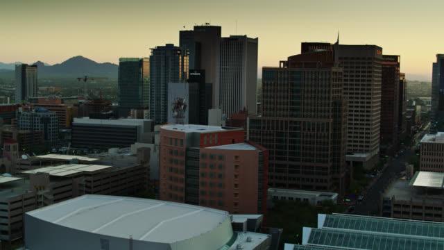 frühmorgens sonnenlicht auf downtown phoenix financial district - drohnen-schuss - phoenix arizona stock-videos und b-roll-filmmaterial