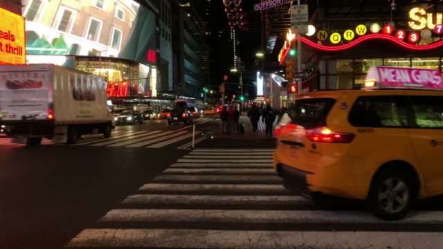 vidéos et rushes de early morning traffic in new york city with subway entrance in the background - yellow taxi