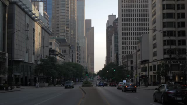 vídeos y material grabado en eventos de stock de early morning traffic on michigan avenue, chicago, illinois, united states of america, north america - inclinado hacia abajo