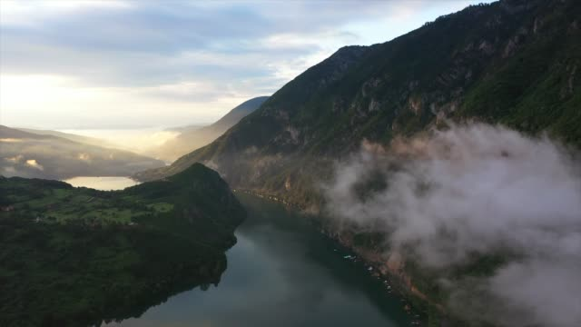 vidéos et rushes de early morning view at river drina and lake perucac - serbie