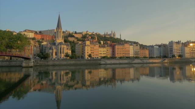 early morning views  of vieux lyon along the river saone,ws - エスタブリッシングショット点の映像素材/bロール