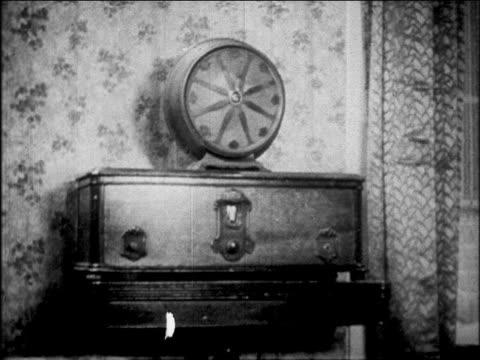 stockvideo's en b-roll-footage met b/w 1927 early radio set / newsreel - 1920