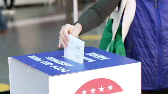 vidéos et rushes de early voting for the us presidential elections at the brooklyn museum in new york city on october 31, 2020. due to covid-19 voters were asked to... - museum