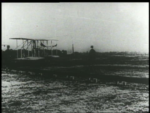 vídeos de stock e filmes b-roll de b/w 1903 early wright brothers' airplane turning around on field - 1903