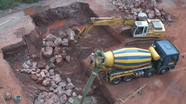 vídeos y material grabado en eventos de stock de ws earth mover and cement mixer pouring / taben-rodt, rhineland-palatinate, germany - cement mixer