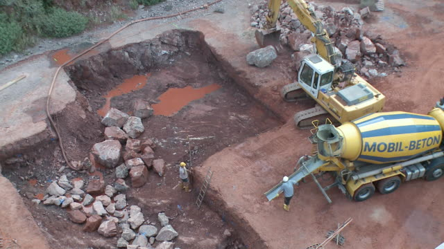 vídeos y material grabado en eventos de stock de ws earth mover and cement mixer working in quarry / taben-rodt, rhineland-palatinate, germany - cement mixer