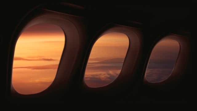 vídeos de stock e filmes b-roll de earth seen from an aircraft or spaceship - cabine de piloto de avião