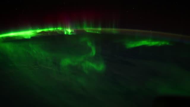 vídeos de stock e filmes b-roll de earth view from space showing aurora borealis - aurora polar