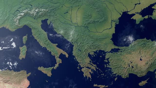 terra dello zoom centrata nel nord italia, con alfa (opaca) - europa continente video stock e b–roll