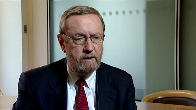 vidéos et rushes de nuclear crisis / radiation risk england int professor john beddington interview sot worried about substantial volume of material that once open to... - répandre