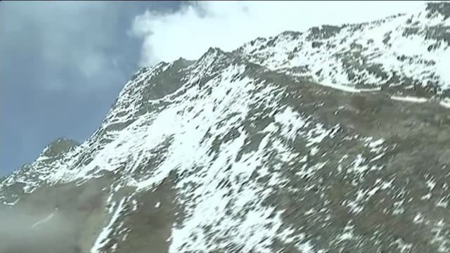 mount everest aftermath nepal lukla ext rescue helicopter flying past men unloading covered body of avalanche victim from helicopter men carrying... - shaking stock videos & royalty-free footage
