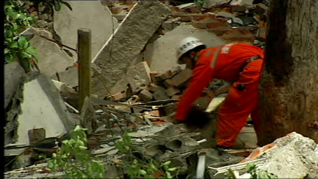 vídeos de stock, filmes e b-roll de earthquake / search for survivors mianzhu crane working to remove rubble at primary school soldiers along sniffer dog at work but not finding... - primary age child