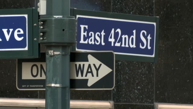 vídeos y material grabado en eventos de stock de cu east 42nd st and one way signs / new york city, usa - señal de nombre de calle