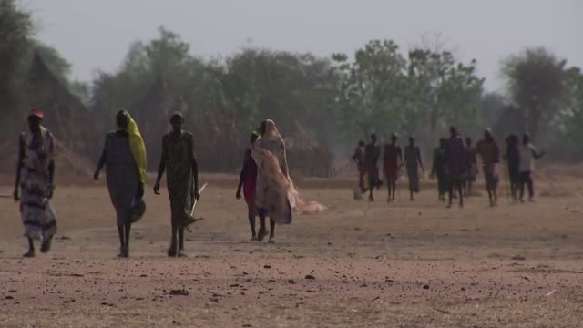 east africa on brink of humanitarian crisis / un warning over famine in region t09031713 / tx ganyiel ext various shots of malnourished people along... - スーダン点の映像素材/bロール