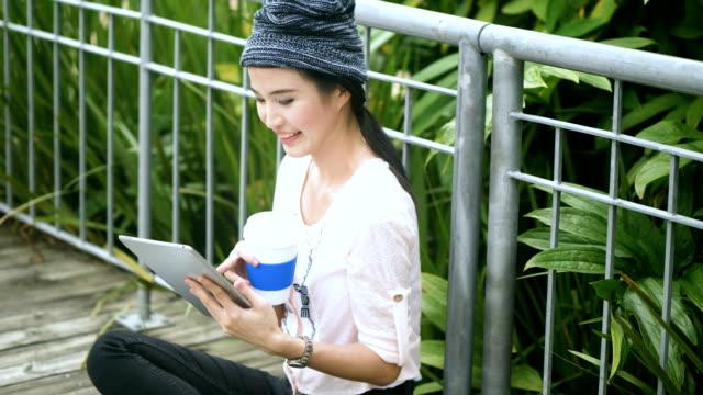 庭でデジタル タブレットを使用して東アジアの文化: アジア女性 - east asian ethnicity点の映像素材/bロール