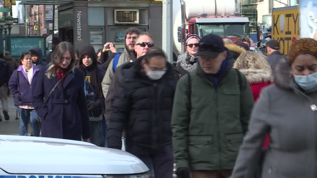 stockvideo's en b-roll-footage met east asian people in new york wear hospital masks as they wander through the city on january 30 2020 at chinatown in new york - verenigde staten