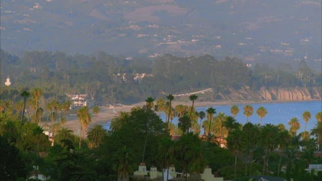 vídeos y material grabado en eventos de stock de ws ha east beach with cliffs and palm trees / santa barbara, california, usa - santa bárbara