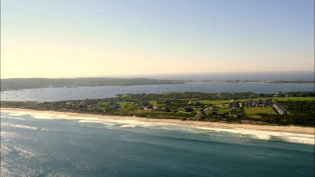 vidéos et rushes de côte est de la rue island-vue aérienne de rhode island, dans l'état de washington county, états-unis - rhode island