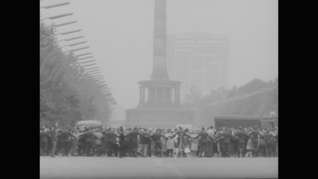 stockvideo's en b-roll-footage met east german military form human barrier along brandenburg gate on day of border closing - brandenburgse poort