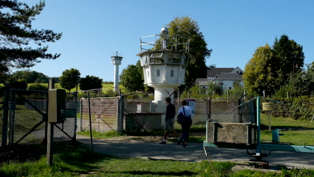 east german watchtowers stand at the former fortified border between east germany and west germany on september 20, 2019 in moedlareuth, germany. the... - früherer stock-videos und b-roll-filmmaterial