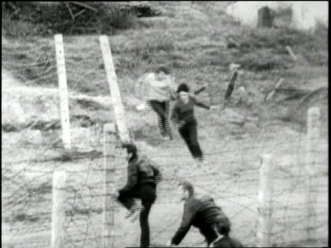 stockvideo's en b-roll-footage met east germans escape into west berlin during the cold war - ontsnappen