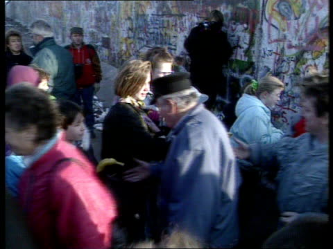 east germans visit west following fall of berlin wall; b) east germany: east berlin: berlin wall: ext tms long queues east german visitors l-r east... - 西ドイツ点の映像素材/bロール