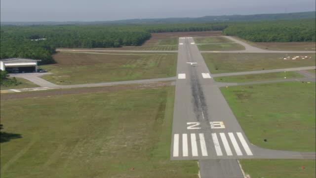 vídeos y material grabado en eventos de stock de east hampton airport - pistas