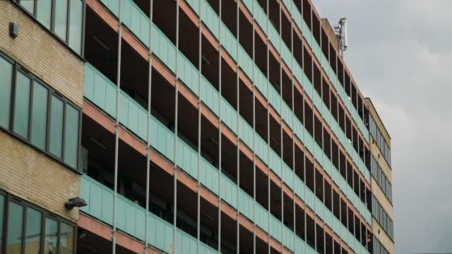 stockvideo's en b-roll-footage met east london apartment block - eastenders