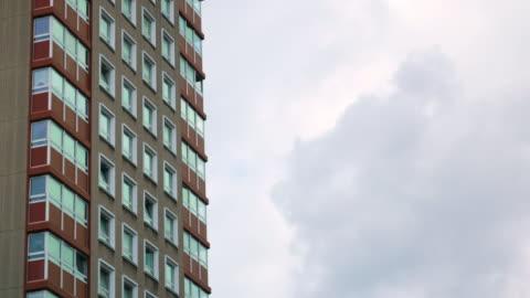 vidéos et rushes de east london apartment block - hlm