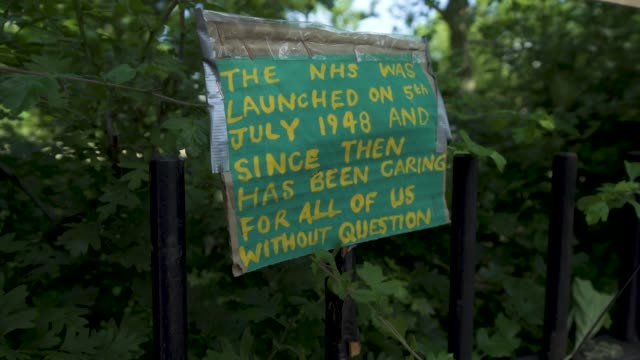 vídeos de stock e filmes b-roll de east london artist, peter liversidge creates signs to support key workers during the coronavirus on may 27, 2020 in london, england the british... - plus key