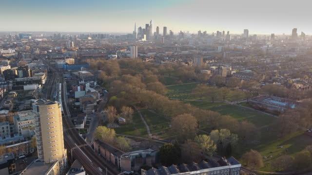 stockvideo's en b-roll-footage met oost-londen establisher schoten over london fields - hackney