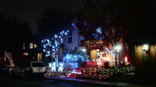 east los angeles apartments with christmas decorations - クリスマスの飾り点の映像素材/bロール