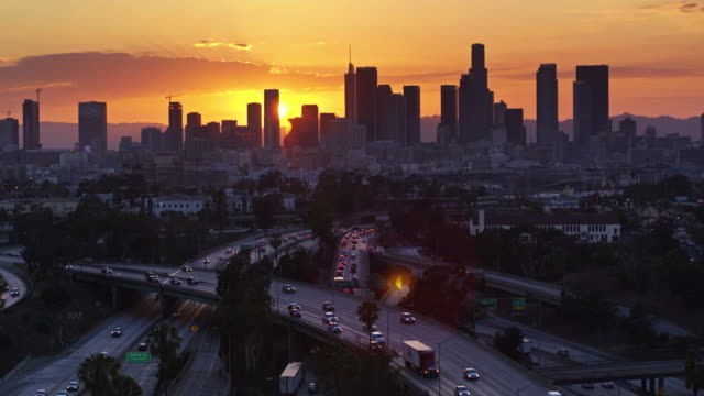 East Los Angeles Interchange avec DTLA Skyline au crépuscule - vue aérienne