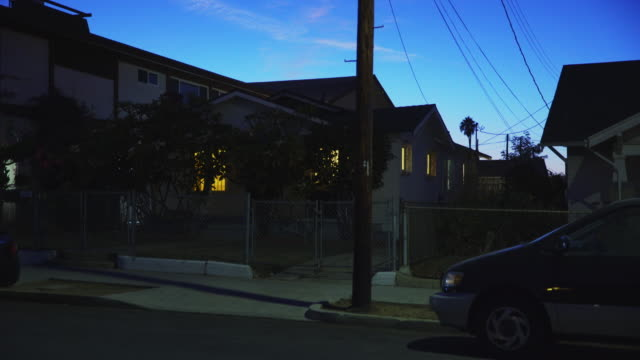 vidéos et rushes de east los angeles neighborhoods - night - être à l'arrêt